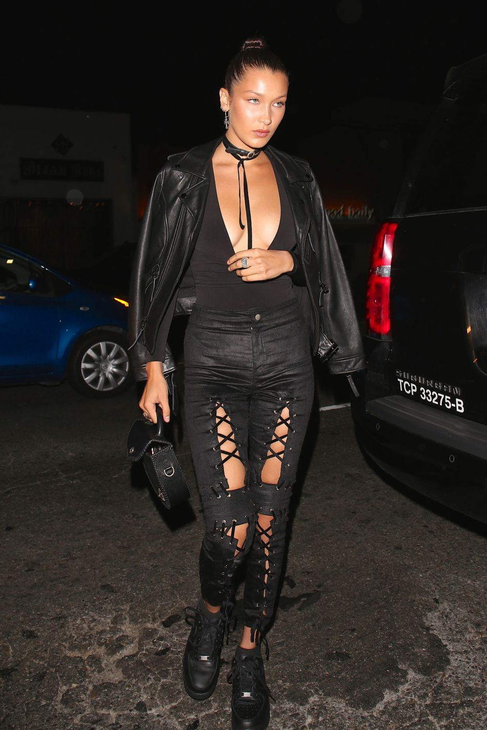 Bella Hadid dégaine le décolleté de folie pour sortir au restaurant le Nice Guy à Los Angeles.