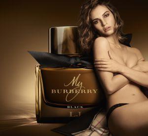 Lily James pour la campagne du dernier parfum Burberry.