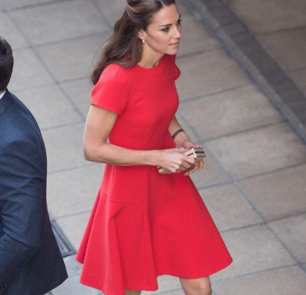Kate Middleton a fait sensation à Londres en robe rouge.