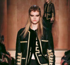 Défilé Givenchy de la Fashion Week d'Automne-Hiver 2016/2017, la veste d'officier.
