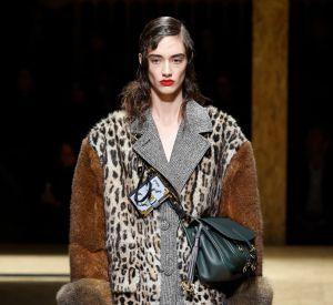 Défilé Prada de la Fashion Week d'Automne-Hiver 2016/2017, la veste aux imprimés léopard.