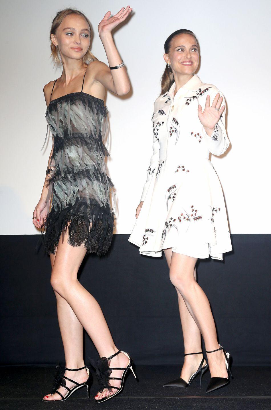 Soeurs médiums, les personnages de Natalie Portman et Lily-Rose Depp arrivent à Paris et rêvent de gloire.