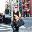 Gigi Hadid et son pantalon XXL vinyle font sensation.