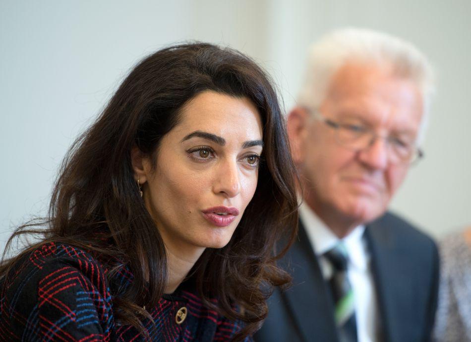 Amal Clooney prend la parole au Ministère d'Etat allemand.