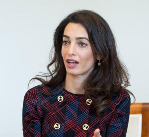 Amal Clooney chic et choc pour une interview à Stuttgart.