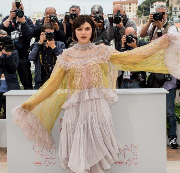En robe vaporeuse, Soko joue la carte du romantisme et du style.
