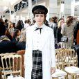 Le look british poussé à son paroxysme pour Soko en front row chez Chanel.