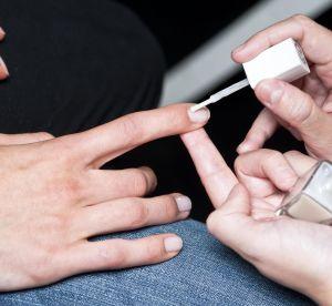 4 mauvaises habitudes qui abîment les ongles