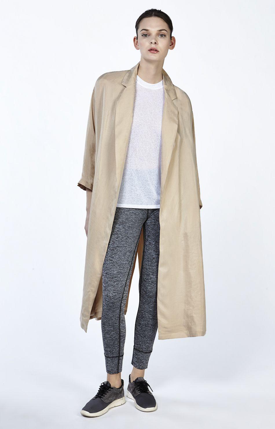 Un legging chiné et un trench : la bonne solution mode.