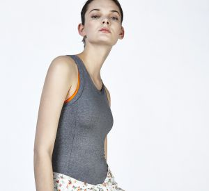 Une veste fleurie ou un débardeur gris : à vous de choisir !