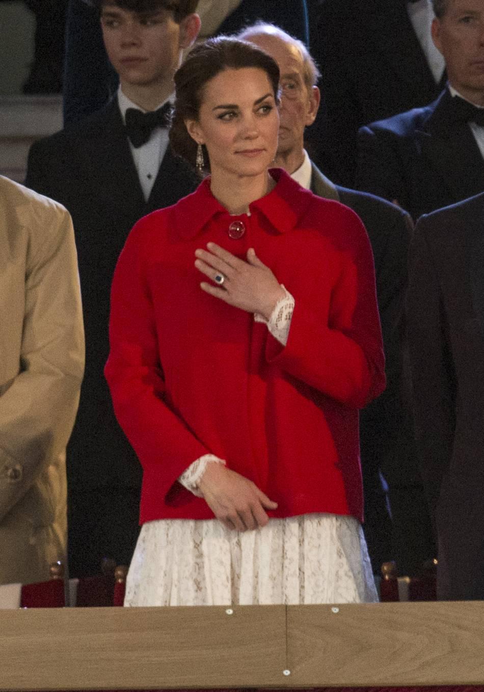 Kate Middleton aime mélanger les genre : ici elle porte un manteau Zara et une robe Dolce & Gabanna. Ce genre de mix est sa marque de fabrique.