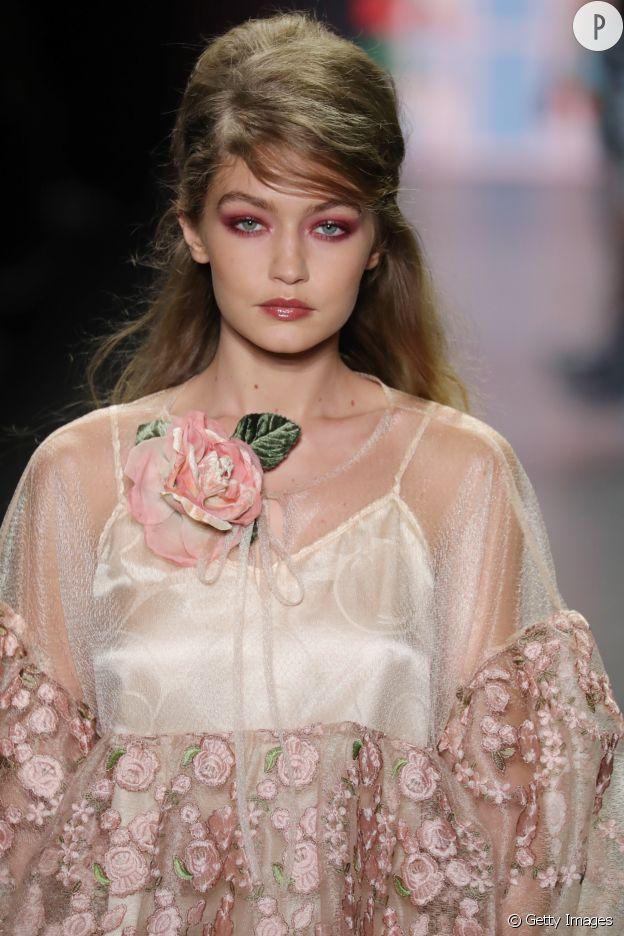 Sur le show Anna Sui, Gigi Hadid porte la coupe Bardot.