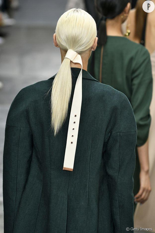 Sur le show Tibi, les tops attachent leur cheveux avec une ceinture.