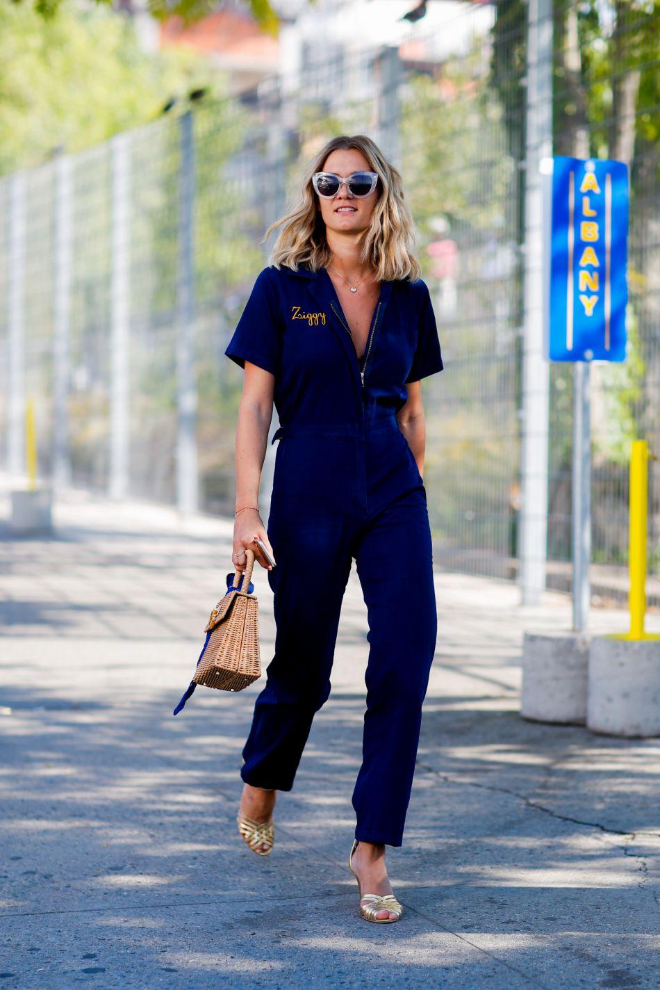 La blogueuse Adénorah mise sur une combinaison bleue très audacieuse.