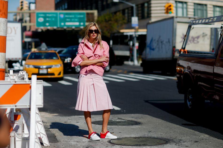 La blogueuse Camille Charrière opte pour un total look pink très féminin.