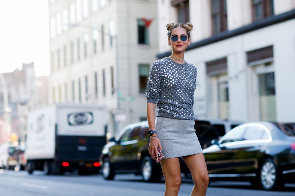 Chiara Ferragni porte le double bun pour réhausser son look aussi simple qu'efficace.