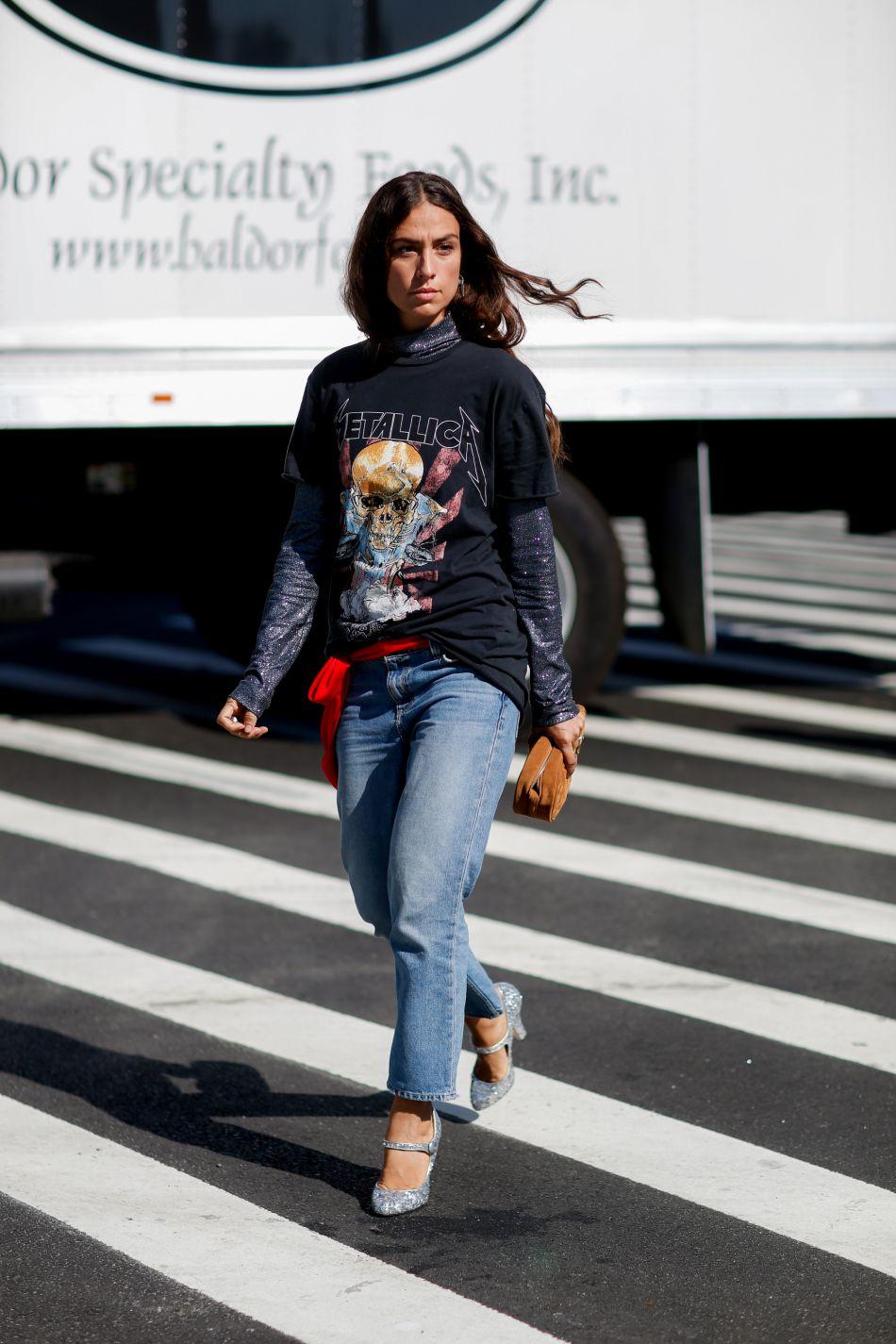 Le T-shirt rock donne de l'aspérité à ce look normcore.