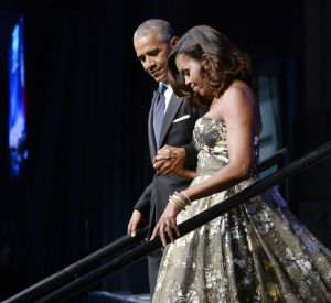 Michelle Obama, radieuse en robe bustier.