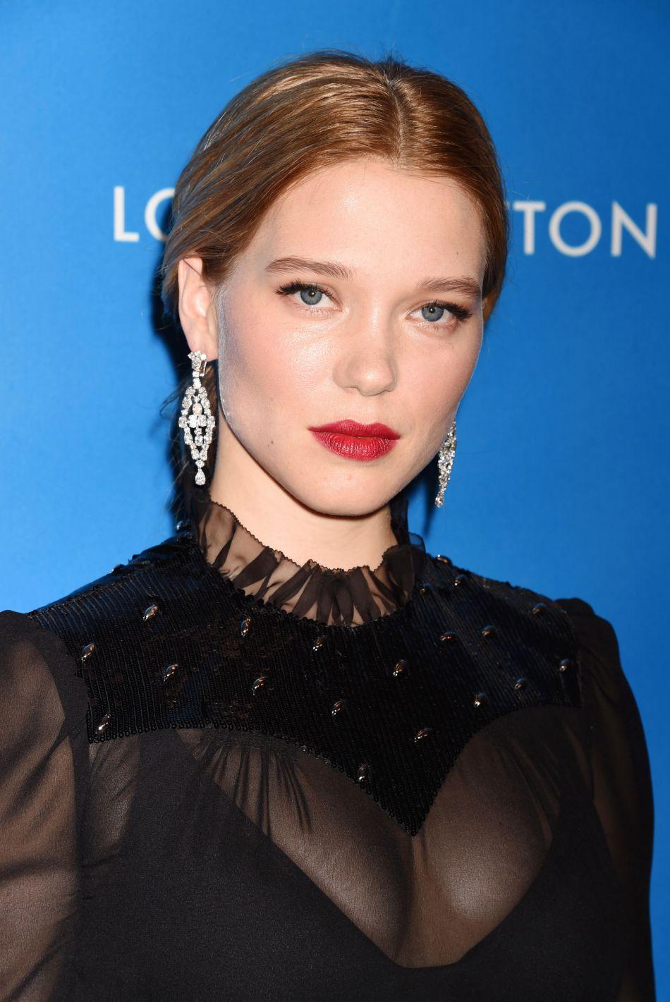 Un teint de pêche et une touche de rouge à lèvres suffisent à éclairer le visage de Léa Seydoux.
