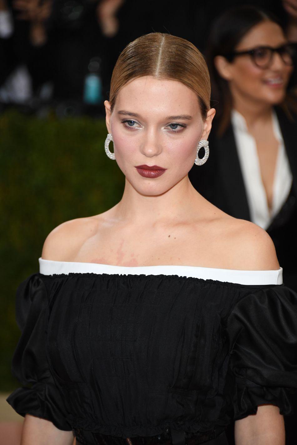 Des lèvres dark et Léa Seydoux devient ultra-tendance.