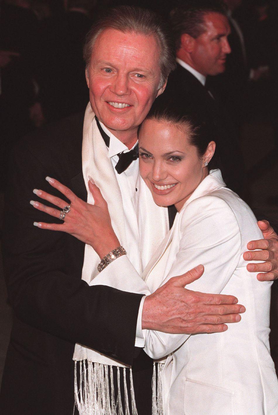 """Jon Voight et Angelina Jolie en 2001. Un an plus tard, l'acteur indiquait à la presse que sa fille avait des """"problèmes mentaux""""."""