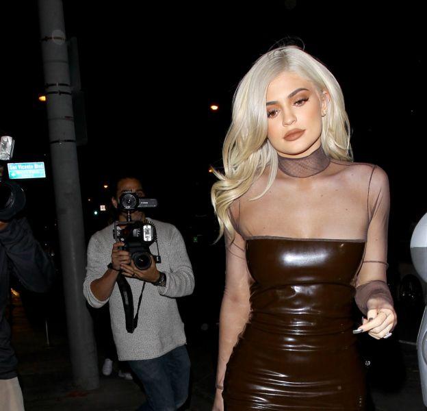 Kylie Jenner a accentué son look de bimbo hier dans les rues de Los Angeles.