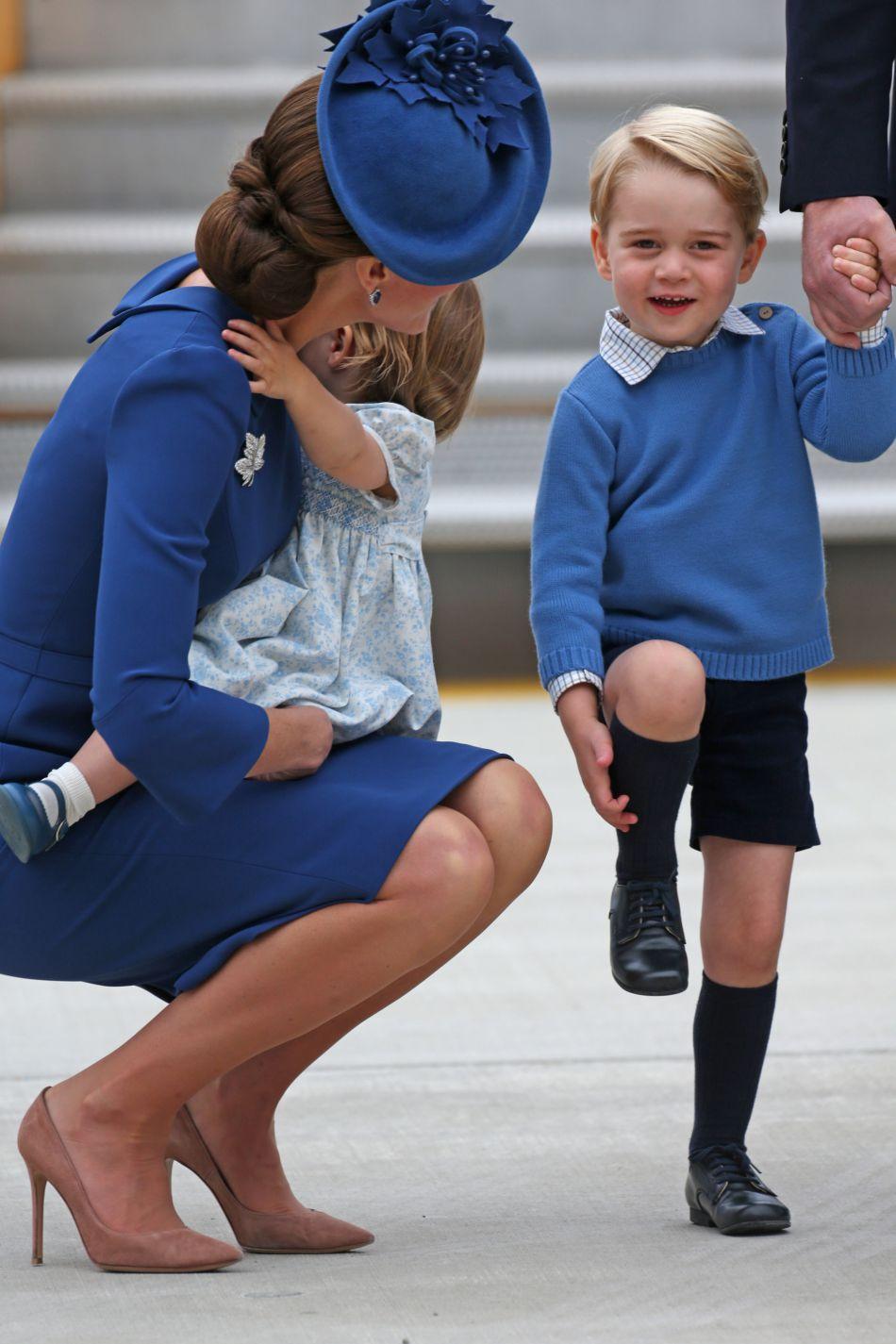 Le prince George semble ravi de l'accueil qui a été réservé à sa famille sur le tarmac de l'aéroport de Victoria !