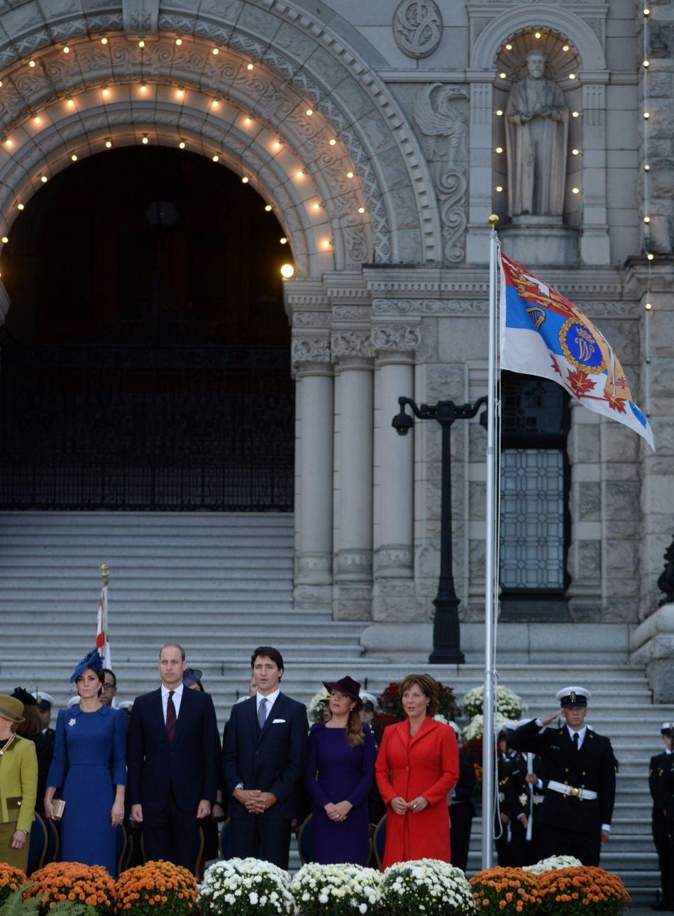 Le duc et la duchesse de Cambridge ont par la suite assisté à une cérémonie d'accueil officielle devant le Parlement de Colombie-Britannique.