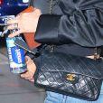 La touche chic : le sac Chanel de Jennifer Aniston.