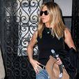 Jennifer Aniston en boyfriend jean et top noir. Un look discret pour la girl next door.