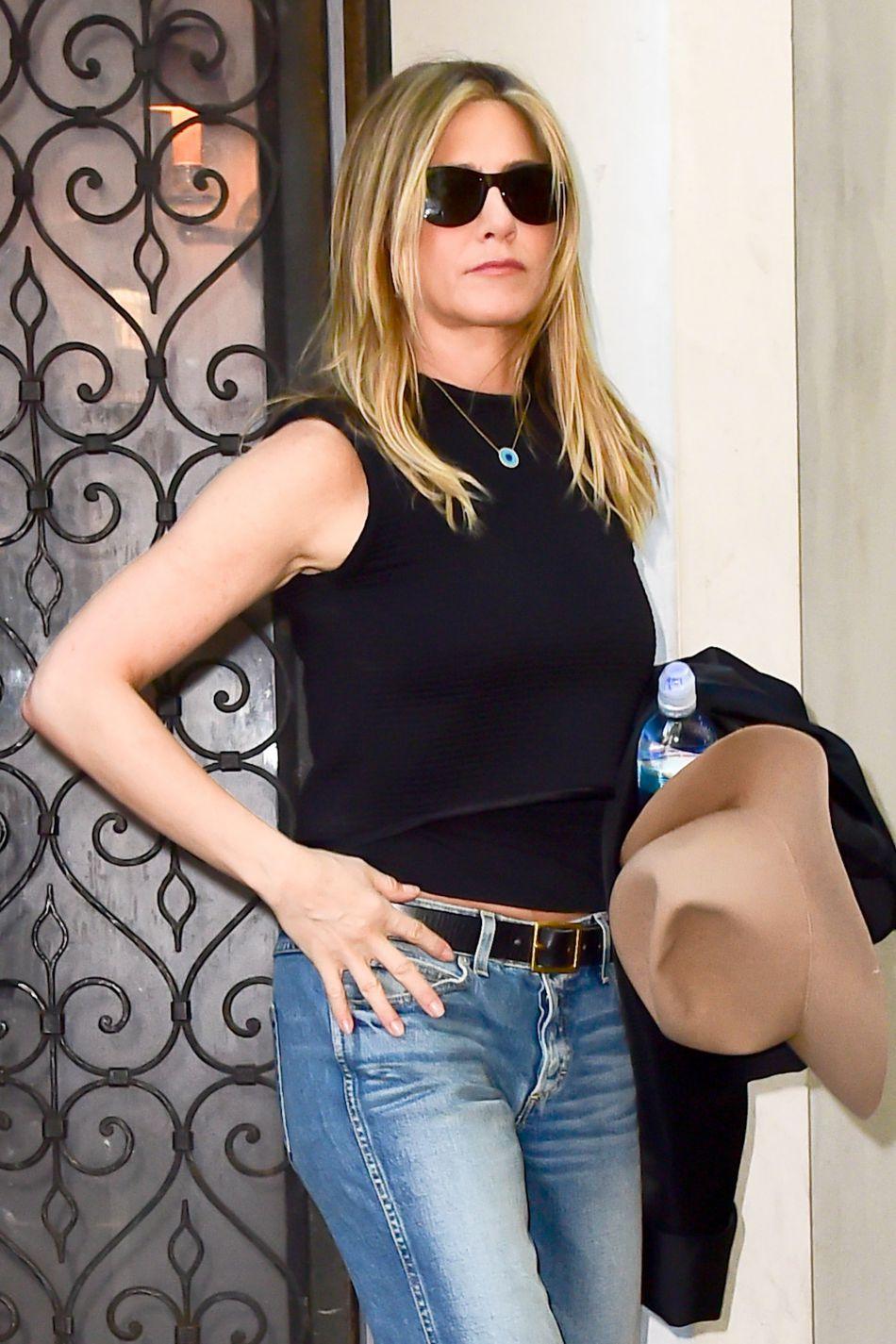 6260203540f26b Jennifer Aniston   jean et lunettes noires pour l ex la plus connue ...