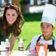 Kate Middleton, radieuse et souriante pour goûter à la cuisine canadienne.