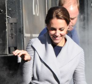 Kate Middleton, la duchesse courageuse longe une locomotive aux côtés de son mari le prince William.