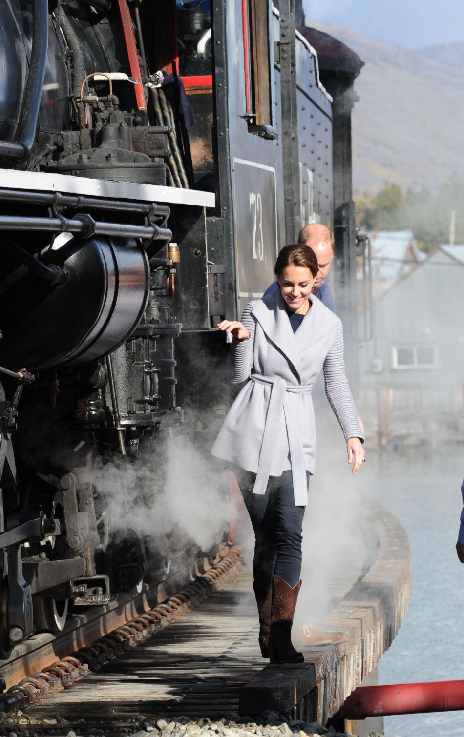 Kate Middleton, la duchesse courageuse longe une locomotive aux côtés de son mari le prince William.