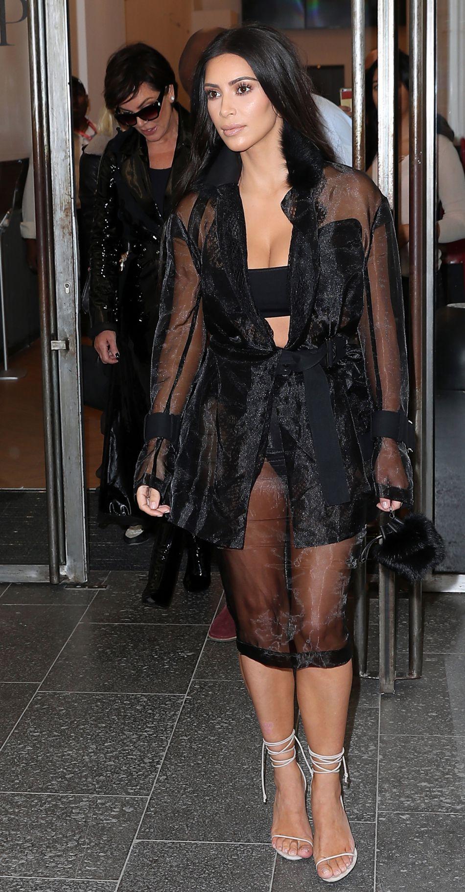 Kim Kardashian dans sa tenue totalement transparente, le mercredi 28 septembre à Paris.