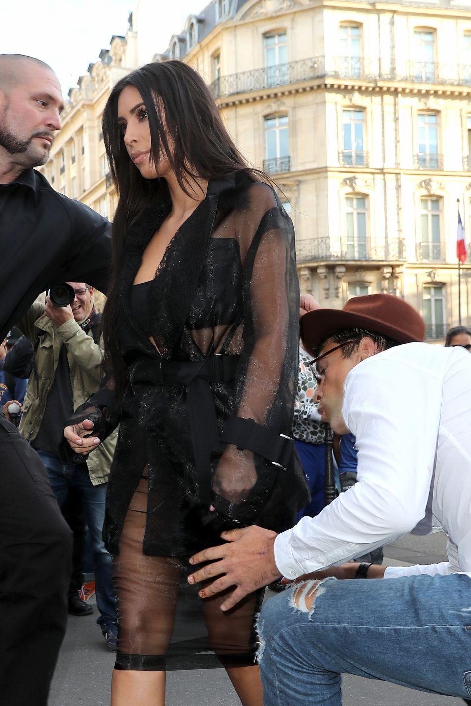 Kim Kardashian a de nouveau croisé la route de Vitalii Sediuk, qui a fait mine d'embrasser ses fesses.