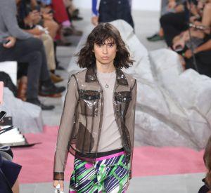 Veste transparente et jupe colorée, on ose le pop avec Carven.