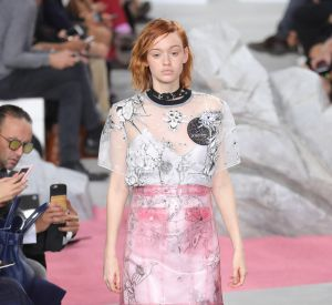 Une jupe transparente sur une robe imprimée, audacieux et envoutant.
