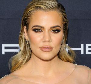 Khloe Kardashian : nue sous sa robe et fesses en avant