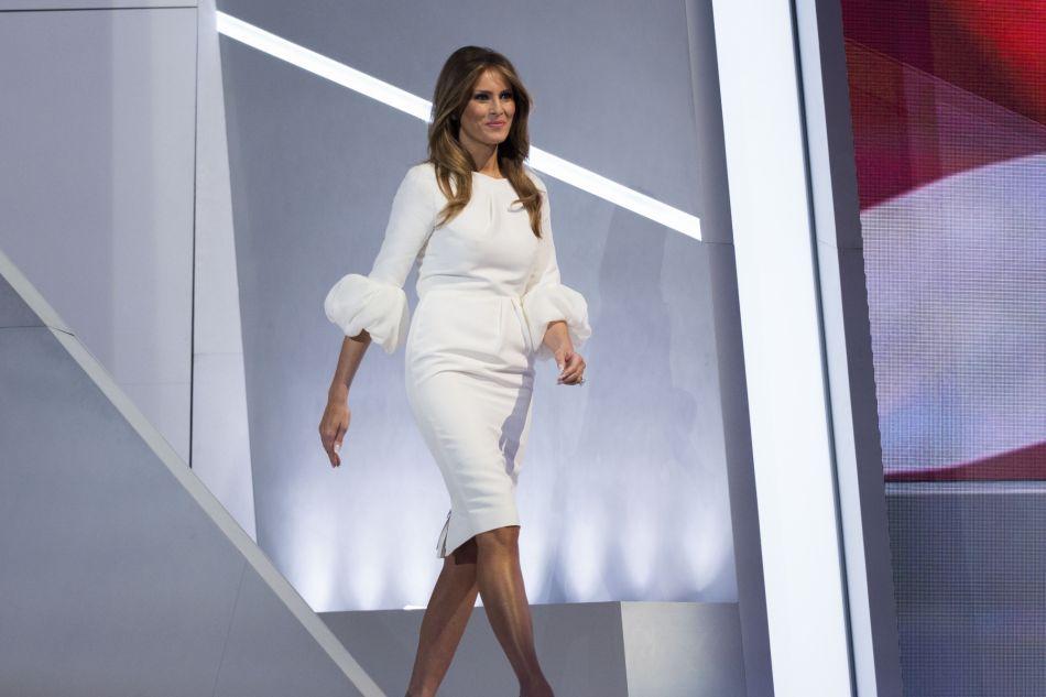 Robe blanche et manches bouffantes, Melania Trump tente de jouer la carte chic.