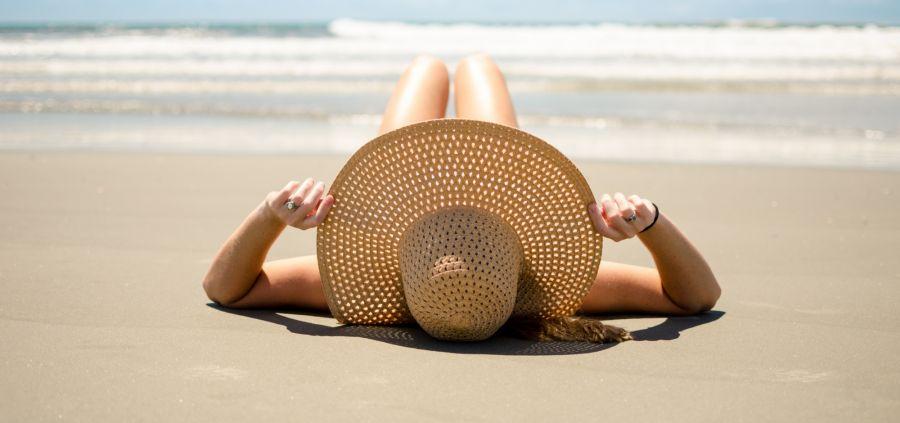 La plage de tous les dangers : sel, soleil, sable... comment s'en protéger ?