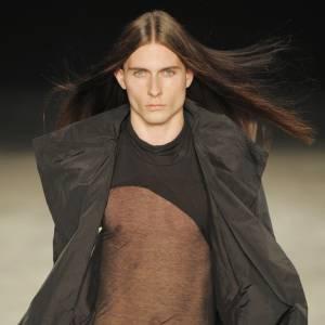 L'homme est une femme comme les autres...  [brand=4294924538]Rick Owens[/brand] fait dans la transparence, et ajoute un pan de mousseline sur ses tee-shirts. La nudité n'est pas seulement suggérée mais bien montrée, offrant la poitrine aux yeux de tous, sans une once de vulgarité.