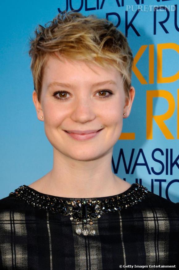 Mia Wasikowska a opté pour le court, blond, rock, loin de sa longueur ingénue dans Alice aux Pays des merveilles.