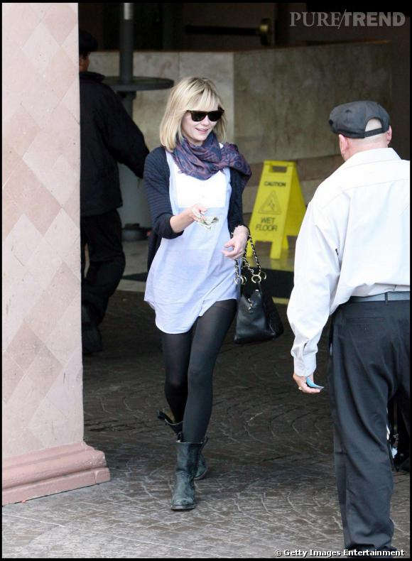 Une blouse over size, collants opaques, bottes de motarde, foulard et wayfarer: Kirsten est parfaite pour affronter l'automne.