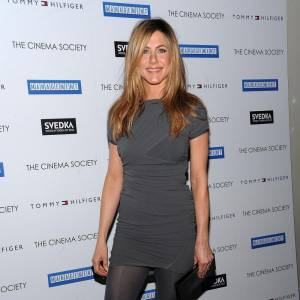 Jennifer Aniston, en gris