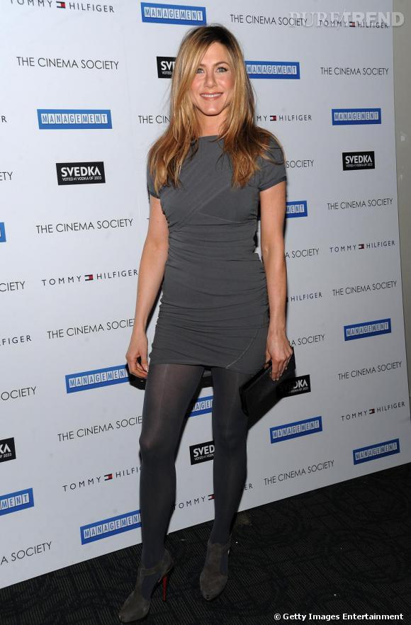 Jennifer Aniston, en gris
