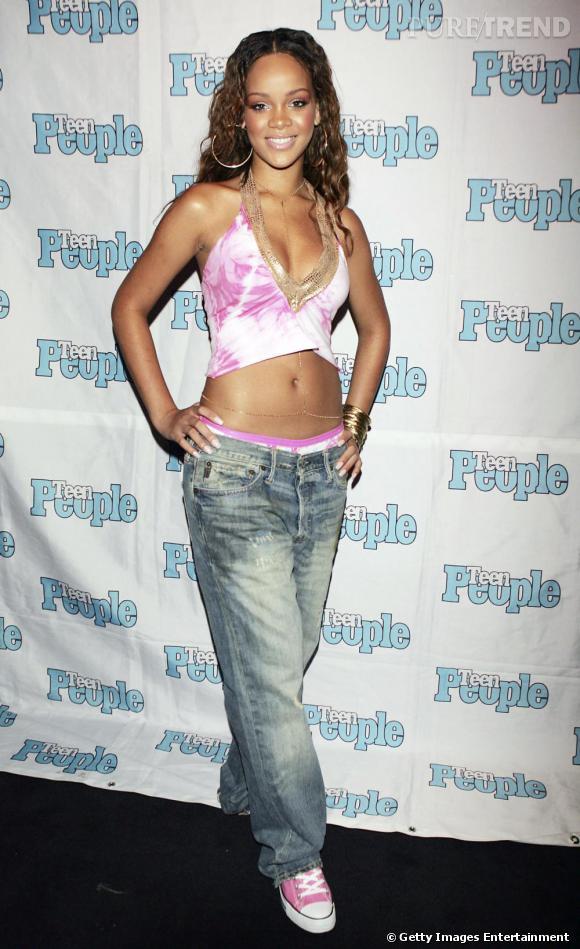 [people=1979]Rihanna[/people] , jeune fille en fleur et chanteuse prometteuse. Vêtue d'un baggy (sa marque de frabrique à l'époque) et d'un top court tie & dye, toute la panoplie de l'ado R&B est là...