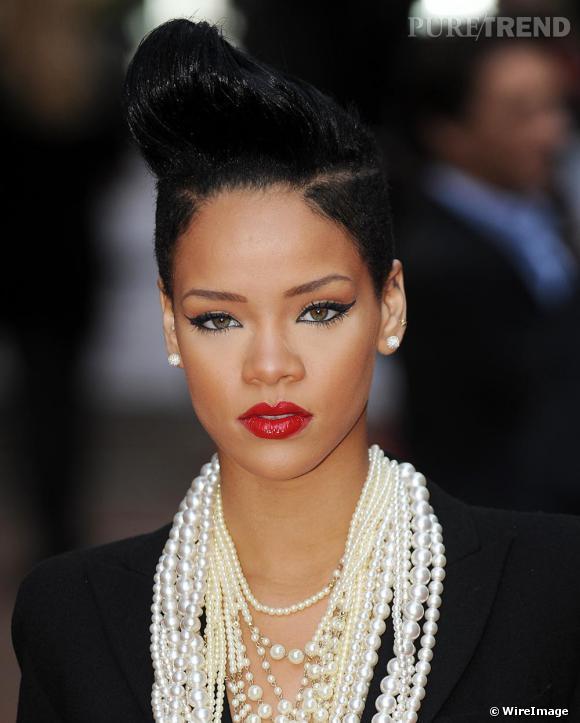 Rihanna a troqué ses extensions contre une banane résolument rock. Le r'n'b prend des airs de Happy Days.