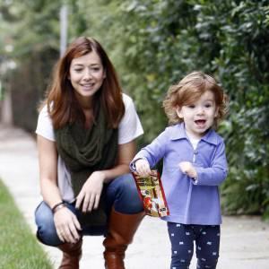 Alyson Hannigan très complice avec sa petite fille. Cette dernière en mini legging imprimé et petite chemise lila est craquante.