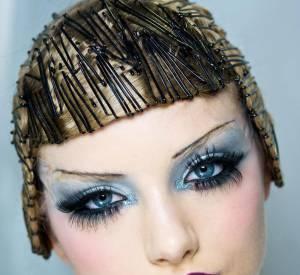 Pour les plus audacieuses, le rimel s'applique sur des airs de music hall. Pour la maison [brand=4294773786]Dior[/brand] le make up est résolument année 30. On s'inpire de Joséphine Baker, J'ai deux amours : les faux cils et le sourcil fin...
